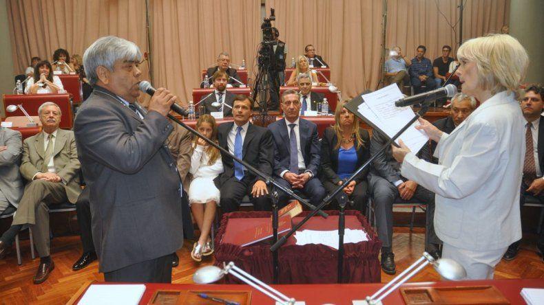 Carlos Gómez jura como diputado reelecto. Fue uno de los pocos que estuvo en la polémica sesión y que ahora deberá evaluar la legalidad del veto de Buzzi.