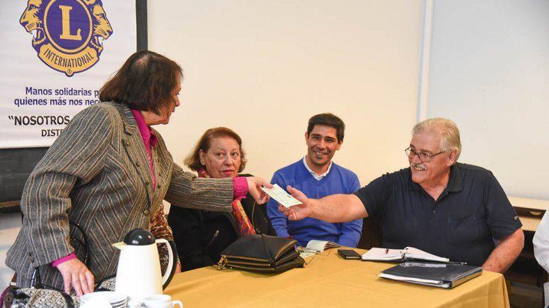 Clubes de Leones de Chubut y Santa Cruz entregaron ayer un total de 62 mil pesos de colaboración para el CABIN.