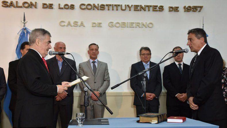 El gobernador al tomarle ayer juramento a Martín Bortagaray como titular de Corfo Chubut.