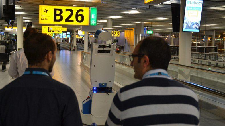 Spencer será capaz de guiar a los turistas en el inmenso y muchas veces confuso aeropuerto de Amsterdam.
