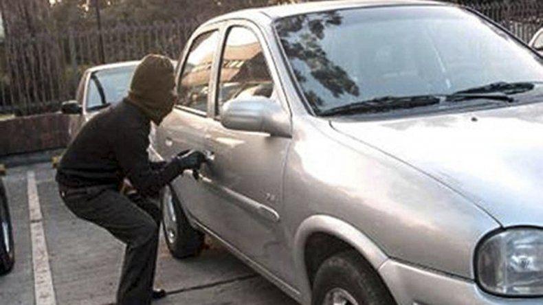 El ladrón aprovechó para llevarse el auto cuando la víctima jugaba a la pelota. El Chevrolet Cruze tenía documentación en el interior.