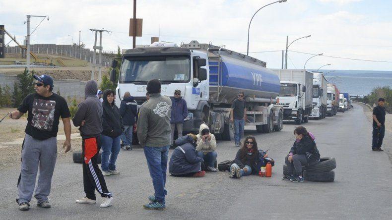 Trabajadores de la ex Fundación Olivia mantuvieron cortado ayer el acceso norte de Caleta Olivia por varias horas a partir del mediodía.