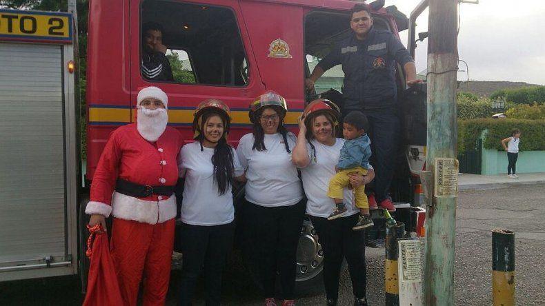 Bomberos solicitan la donación de golosinas para el recorrido de Papá Noel