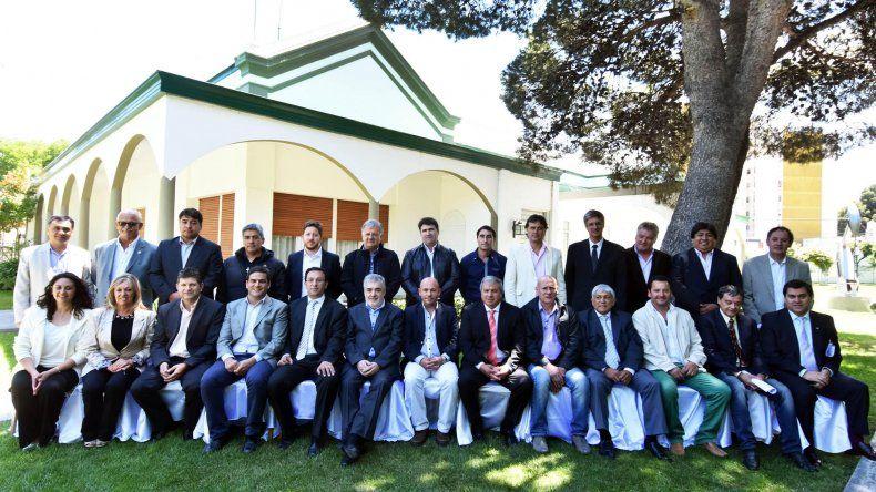 Das Neves se reunió con todos los intendentes y apoyaron la Emergencia Económica