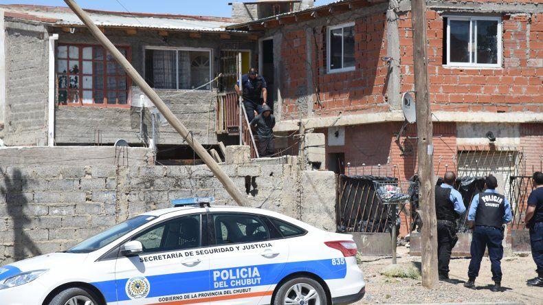 La policía secuestró la billetera que se le cayó al pistolero que tiroteó la casa de Richi Alvarado. También incautó cuatro vainas servidas de calibre 9 milímetros.