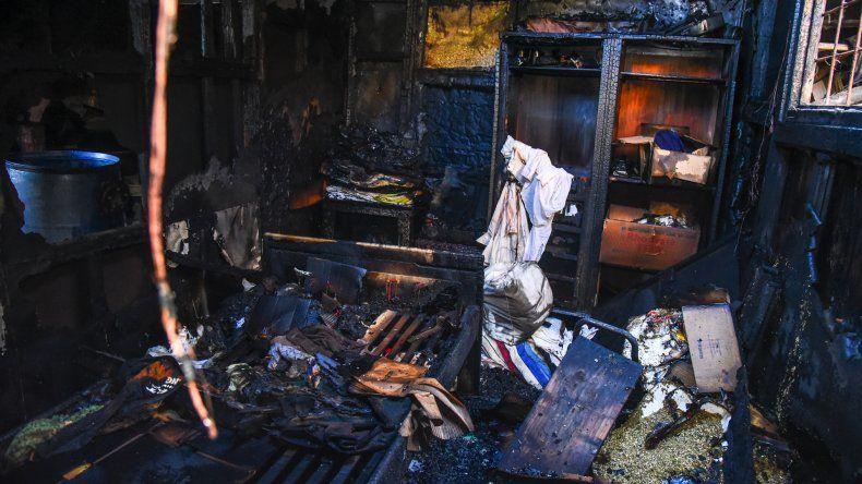 Vecinos lograron rescatar al anciano antes de que el fuego arrasara con la vivienda y explotara una garrafa.