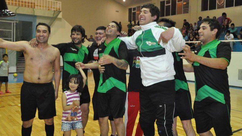 Los muchachos de Locos x El Fútbol festejan el título de la categoría A y a la vez el ascenso a la división de Honor.