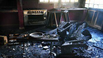 El incendio habría sido intencional y dejó importantes destrozos en el quincho del Club Santa Lucía.