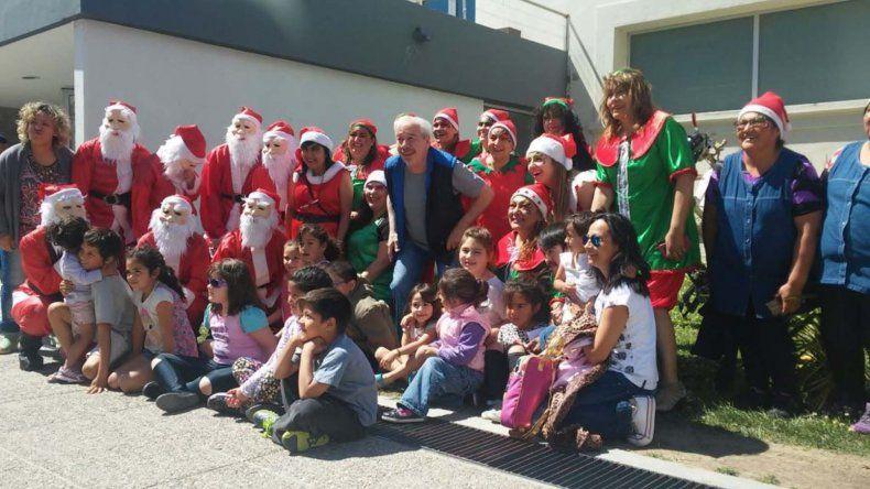 Papá Noel visitó los barrios comodorenses para la alegría de los más chicos que lo recibieron alegremente