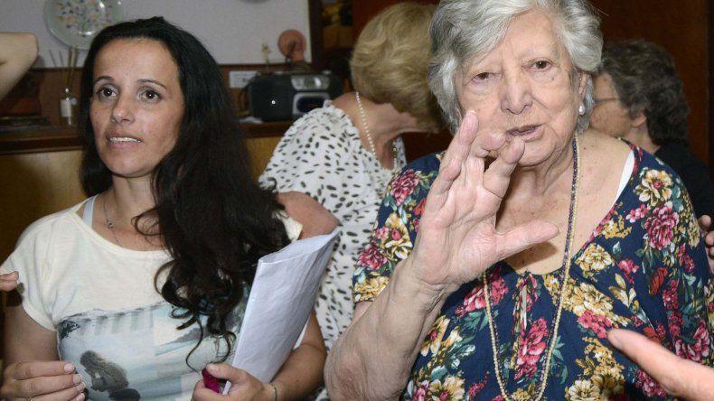 Chicha Mariani al encontrarse el jueves con la nieta a la que buscó durante casi 40 años.
