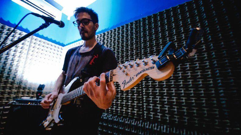 Nicolás Hernández tocará esta noche en Sótano Pub junto a Stratocaster Blues y Tres Extraños.