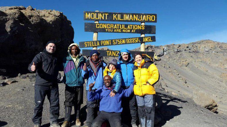 Martín Núñez –segundo desde la izq.– en la cumbre del Kilimanjaro.