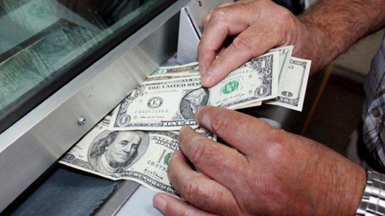 El dólar cotizó estable a  14,53