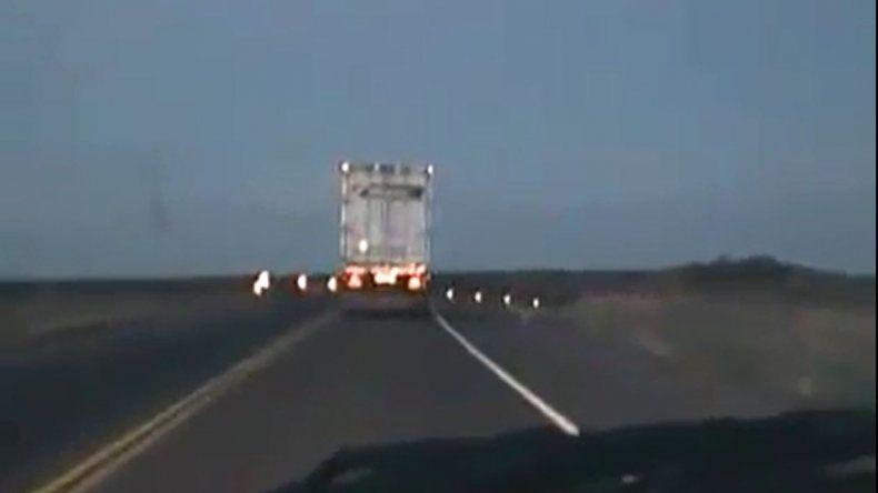 Camionero se duerme, vuelca y se salva de milagro