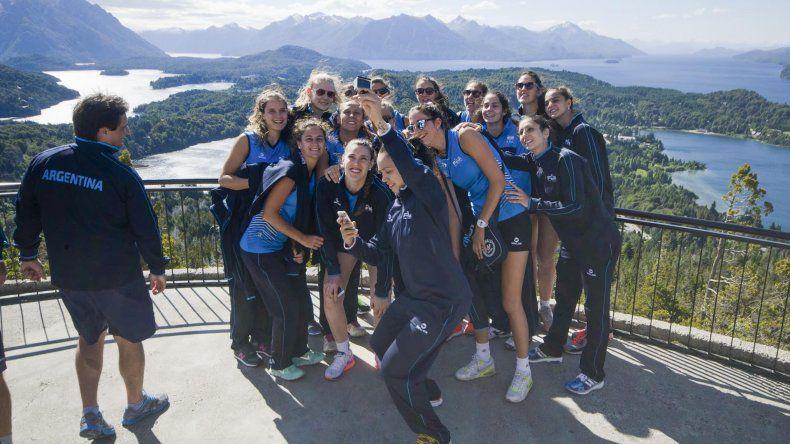 Las chicas de la selección argentina tomándose una fotografía en la pintoresca San Carlos de Bariloche.Foto:Río Negro