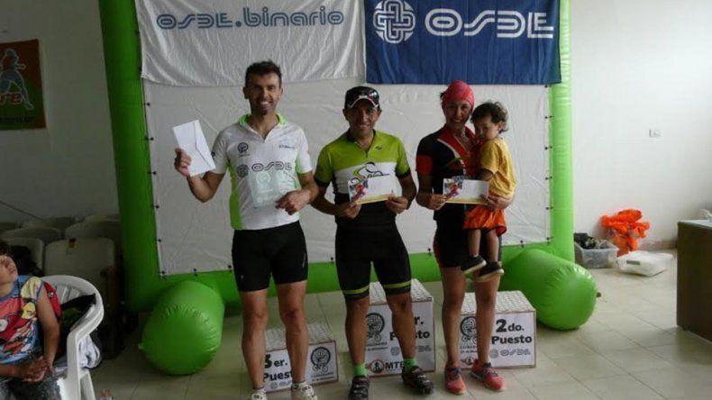 Los ganadores de la competencia de ciclismo de montaña que se corrió el último domingo.