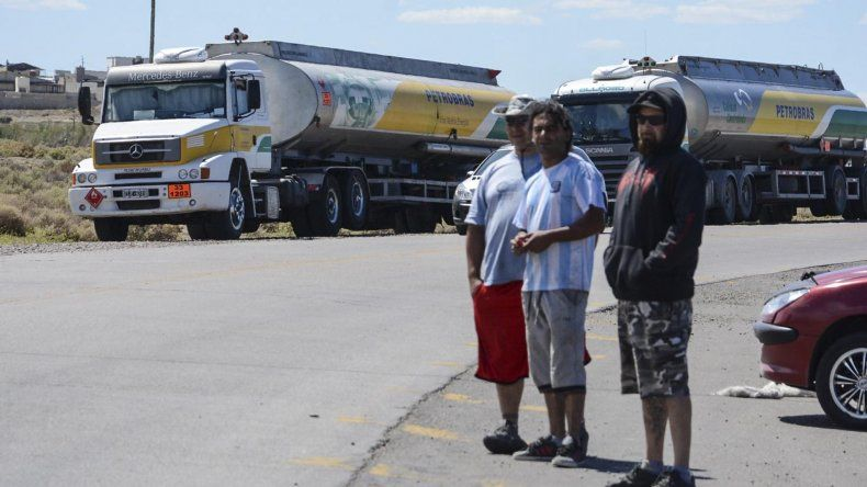 Estibadores de la banquina grande mantienen bloqueado el acceso al puerto Caleta Paula.