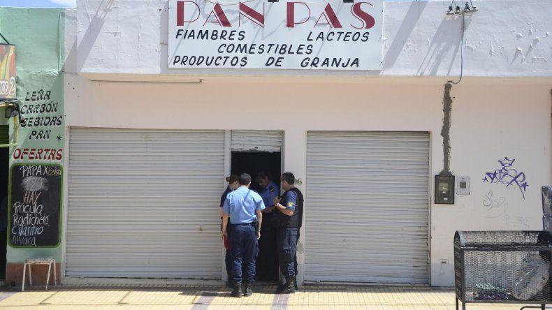 Los delincuentes robaron a punta de pistola en la conocida fiambrería del Pueyrredón.