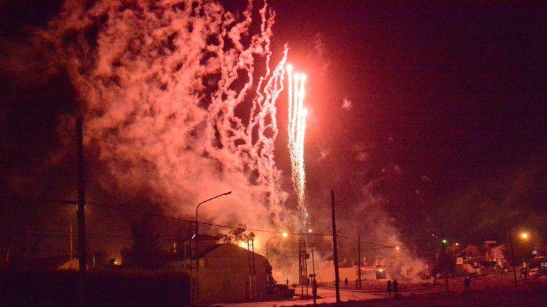 Gran cantidad de fuegos artificiales iluminaron el cielo de Caleta Olivia.