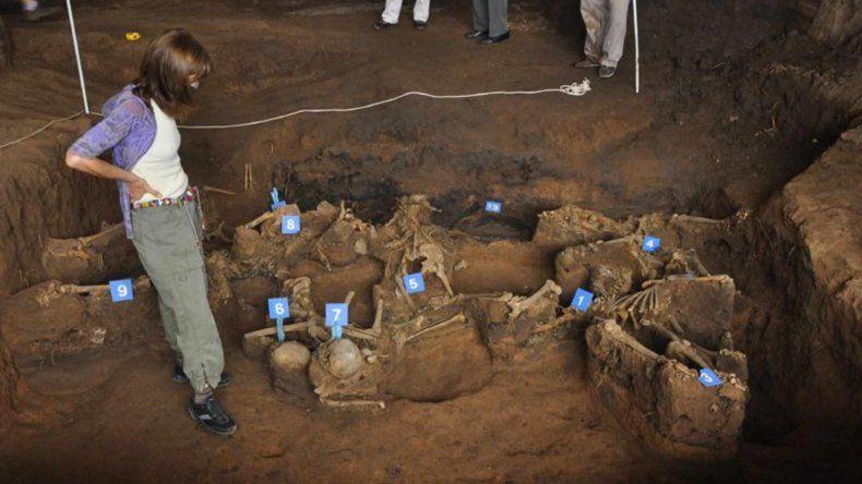 Integrantes del Equipo Argentino de Antropología Forense en uno de los lugares de los hallazgos.