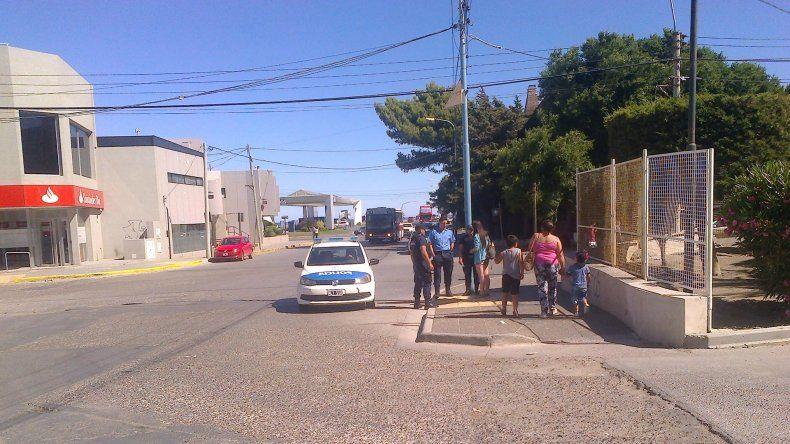 La víctima relata el robo a los policías que tomaron intervención en las puertas de la Terminal de Omnibus.
