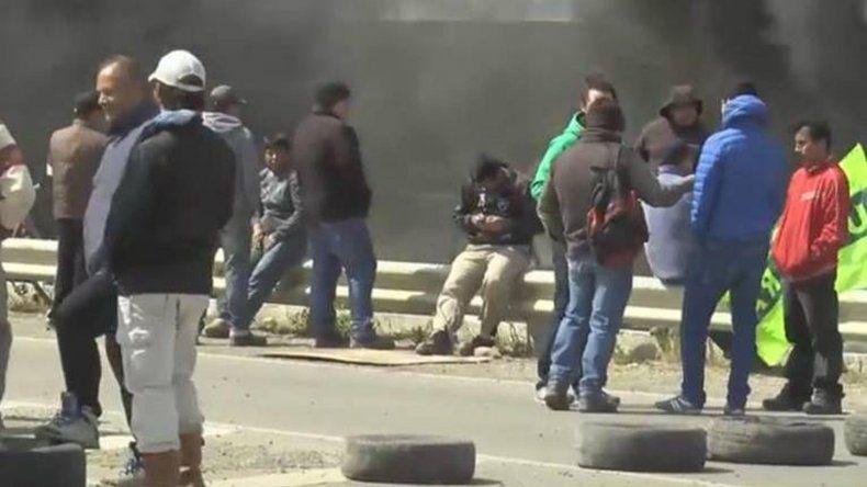 Trabajadores de Austral Construcciones se apostaron sobre la Autovía 17 de Octubre de Río Gallegos.