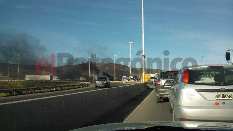 UOCRA panfletea en ruta 3 y 26 y hacen una quema de cubiertas en el barrio Industrial