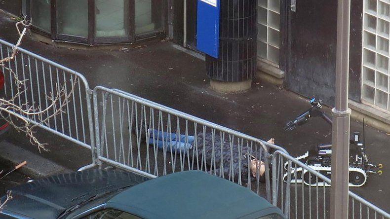 La Policía mata a un hombre que intentó atacar una comisaría.