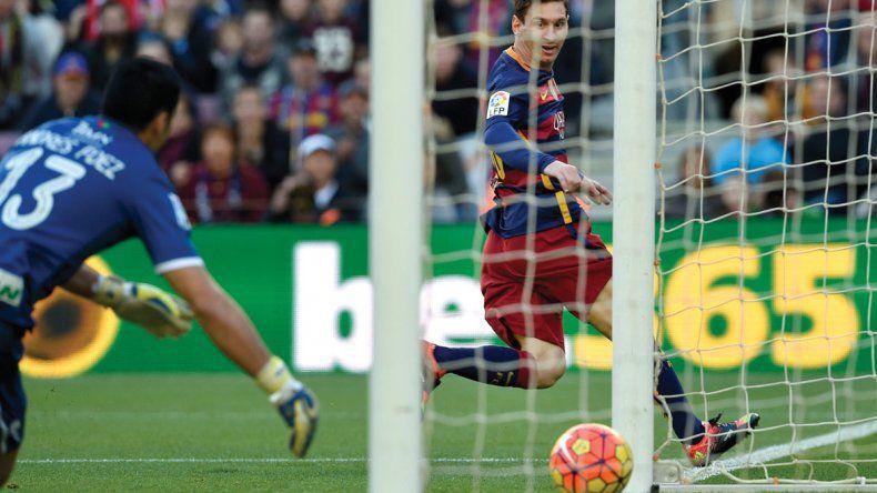 Lionel Messi en momentos de marcar uno de sus tres goles ayer ante Granada.