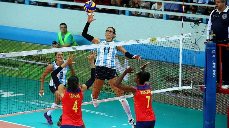 Julieta Lazcano remata e intentan bloquear Lorena Zuleta y Madelaynne Montaño.