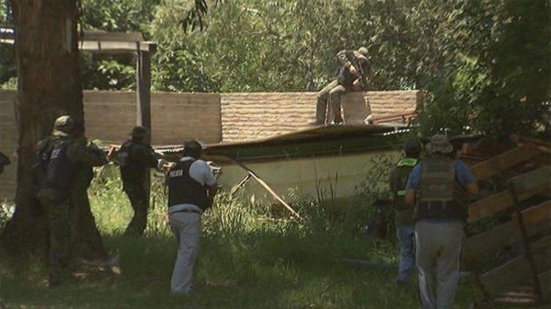 Las fuerzas policiales buscaban casa por casa a los prófugos.