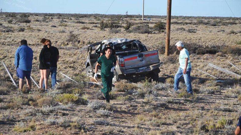 La camioneta Ford Ranger volcó a 17 kilómetros de Pico Truncado y tras dar varios tumbos