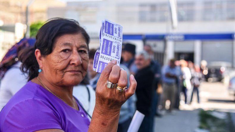 Los jubilados debieron cortar una calle para que aparecieran los bonos para el transporte