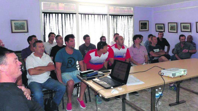 Los dirigentes de los clubes de básquetbol provincial durante la reunión que se realizó el fin de semana en Playa Unión.