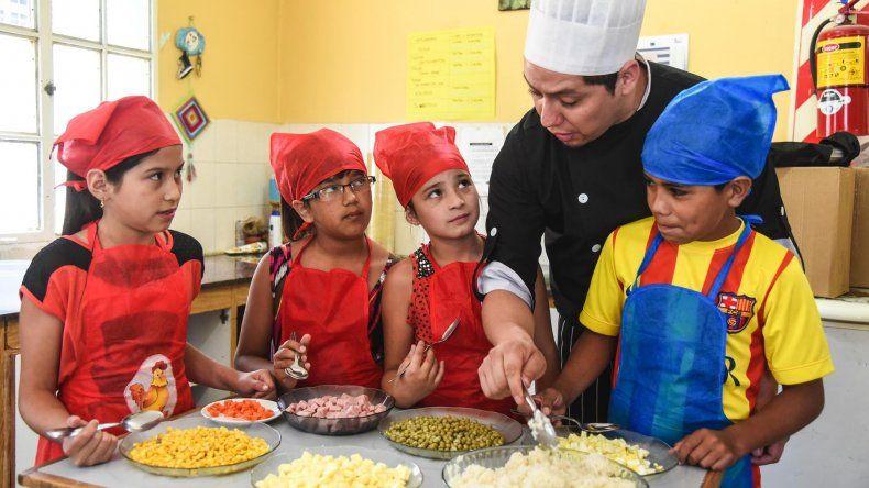 En el Centro del Promoción Barrial del Máximo Abásolo los chicos aprenden a cocinar aprovechando el verano de una manera diferente.