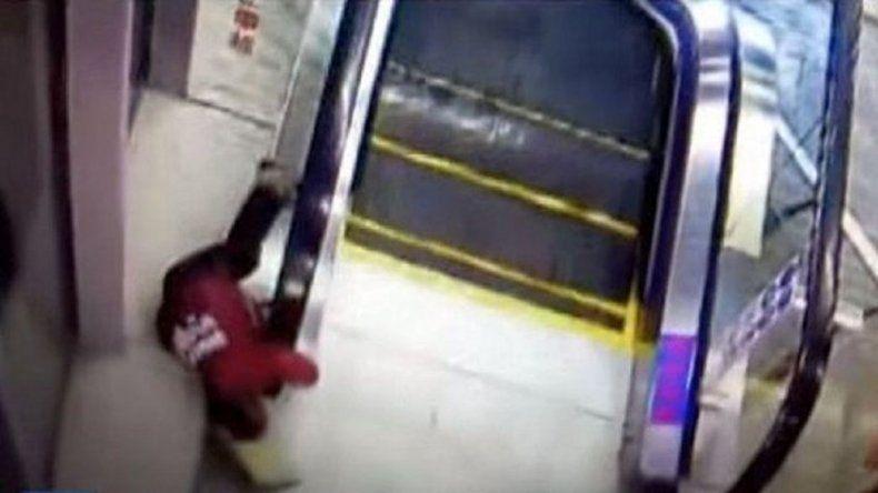 Nene al borde de la muerte en una escalera mecánica