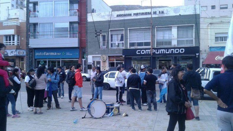 Afectados por la paralización de equipos reclaman en la plaza de la Escuela 83