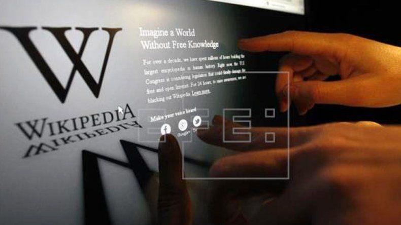 Wikipedia se lanzó el 15 de enero de 2001 por iniciativa del empresario de internet Jimmy Wales y el filósofo Larry Sanger.