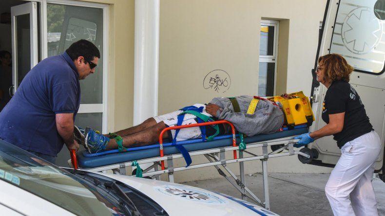 Los heridos del accidente sobre Ruta 1 fueron trasladados en dos ambulancias hasta la guardia del Hospital Regional.