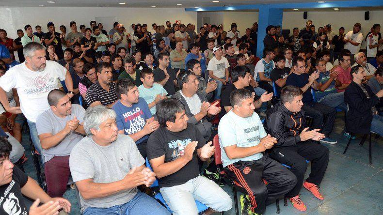 Petroleros ratificaron en asamblea manifestarse el lunes en rutas y yacimientos