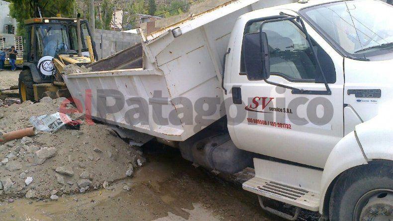 Volcó un camión tras pasar por un pozo en Sismográfica