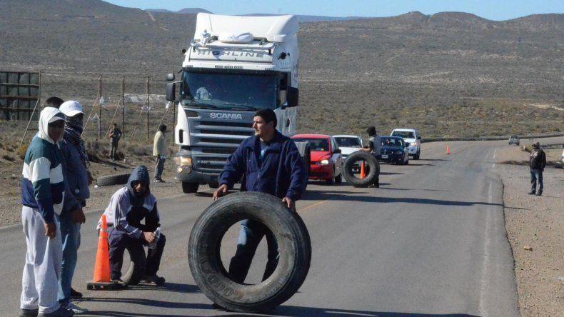 Trabajadores de la construcción cortan rutas en Santa Cruz