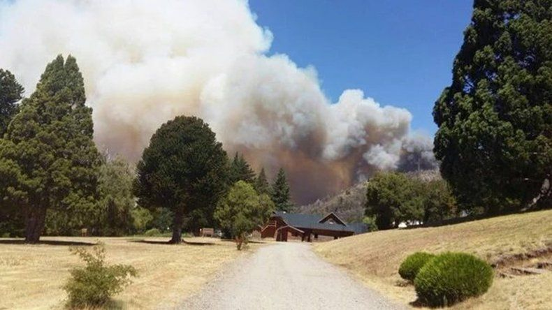El incendio en Los Alerces está descontrolado y las condiciones climáticas no ayudan