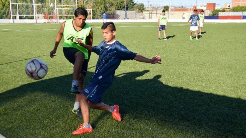 El plantel de Newbery hizo fútbol en cancha de USMA ayer por la tarde.