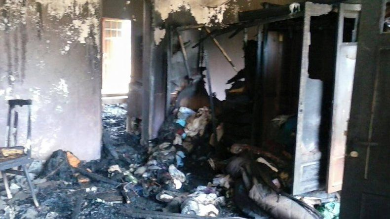 La familia Tardón perdió todo con el incendio. Foto: @pauesquel