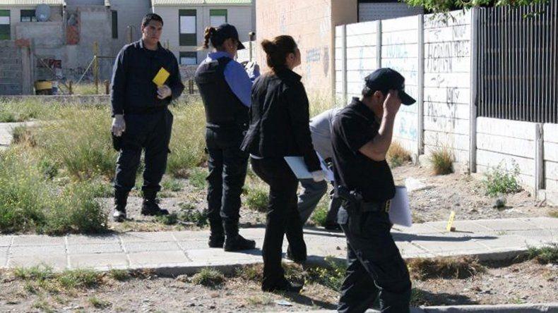 La policía inspeccionó la casa donde se produjo la brutal agresión y también el trayecto que hizo la víctima antes de caer al suelo.