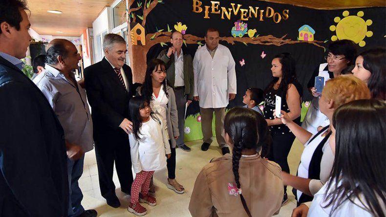 El gobernador participó ayer en Sierra Colorada del inicio del ciclo lectivo especial para escuelas rurales.