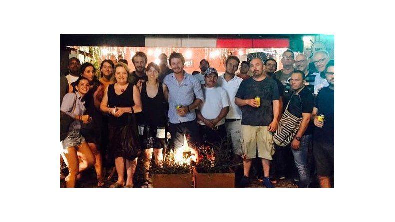Reapareció Benjamín Vicuña: foto con la China Suárez y el equipo del Hilo Rojo