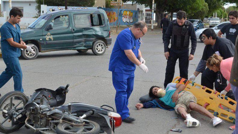 El conductor de la moto que chocó contra un vehículo utilitario sufrió lesiones de consideración