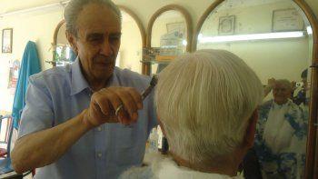 El peluquero que viejos policías siguen eligiendo